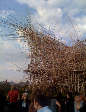 One end of the Bib Bambú sculpture